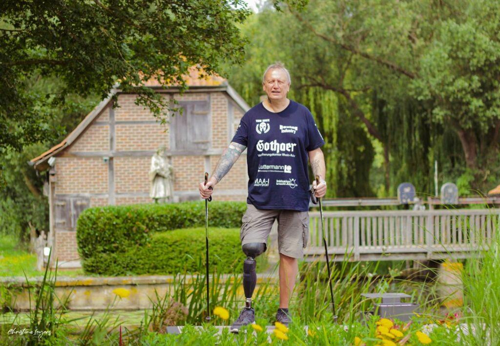 Mike Schmitz wandert mit Beinprothese