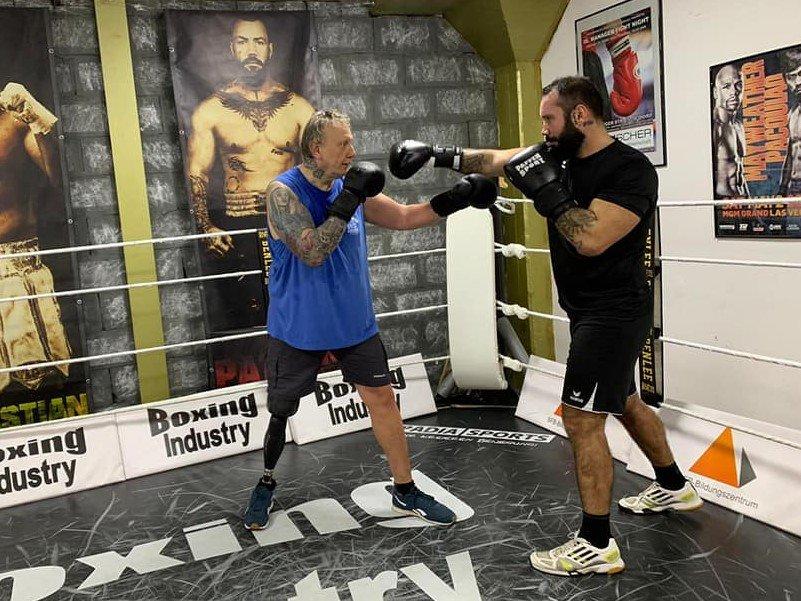 Mike Schmitz boxt mit Beinprothese