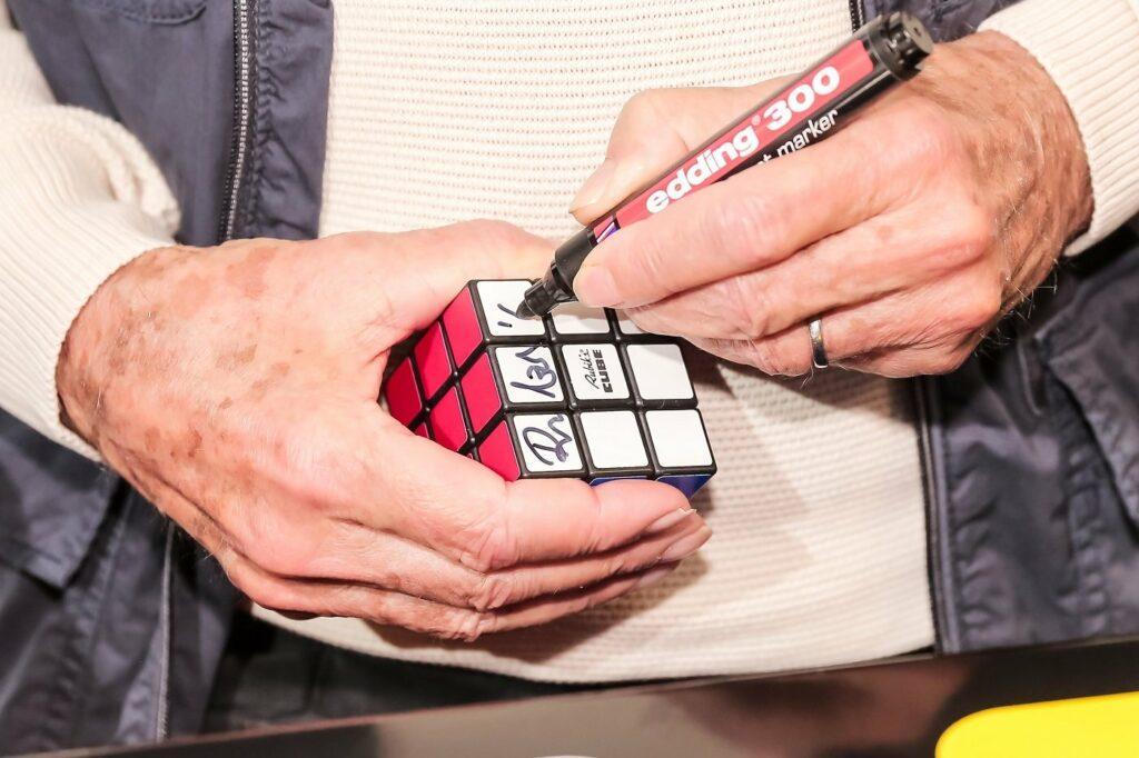 Unterschrift Ernő Rubik auf Zauberwürfel