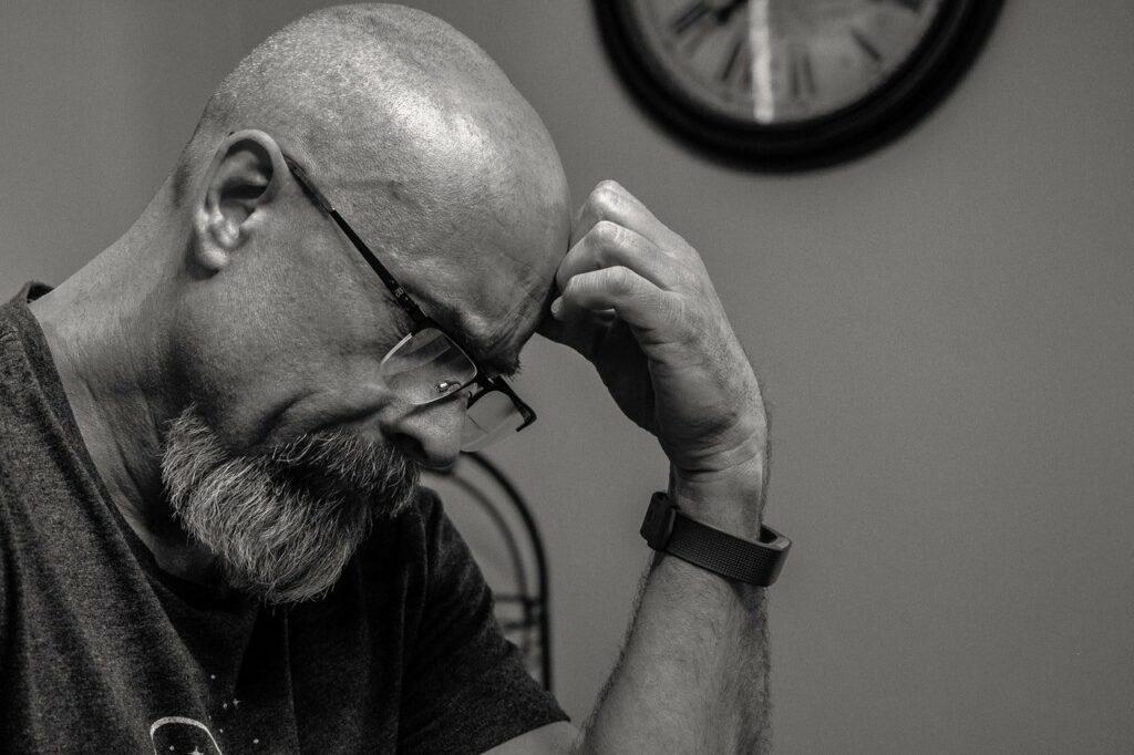 Älterer Mann mit Glatze