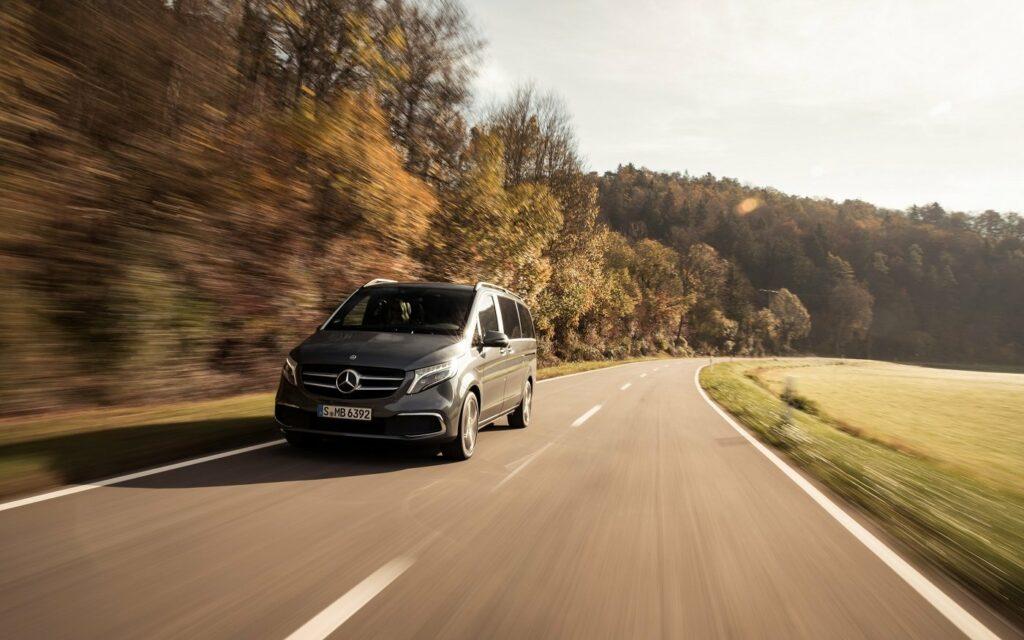 On the road - mit der V-Klasse von Mercedes-Benz Vans ist man flott und individuell im Urlaub unterwegs