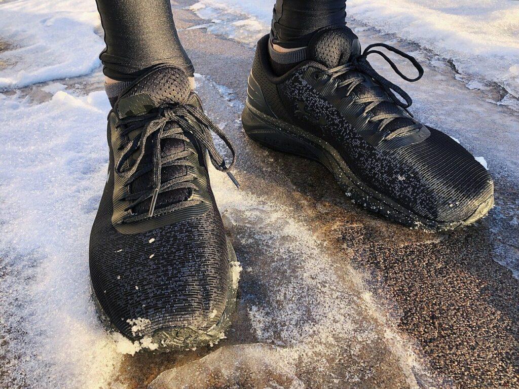 Beim Laufen im Winter kommt es unter anderem auf die richtigen Laufschuhe an.