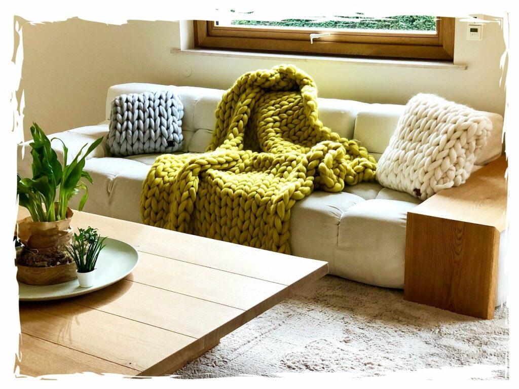 Wollà StrickManufaktur vertreibt handgefertigte Decken und Kissen