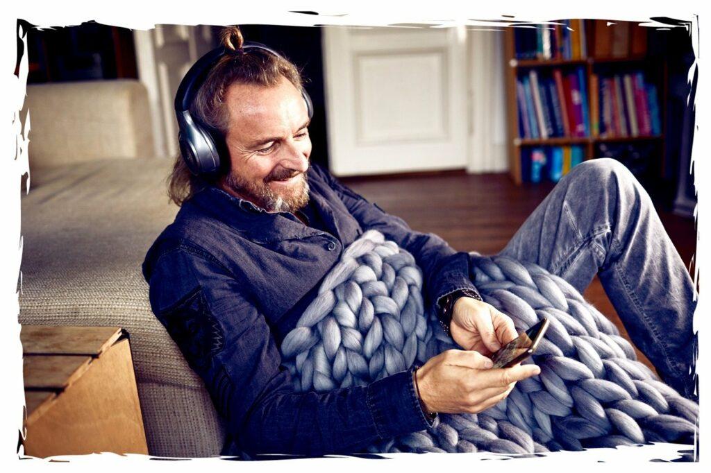 Ulf Zaeper mit einer Decke von Wollà