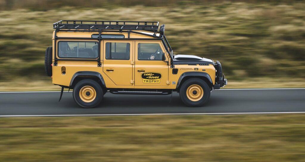 Land Rover Defender Works V8 Trophy  in der Seitenansicht