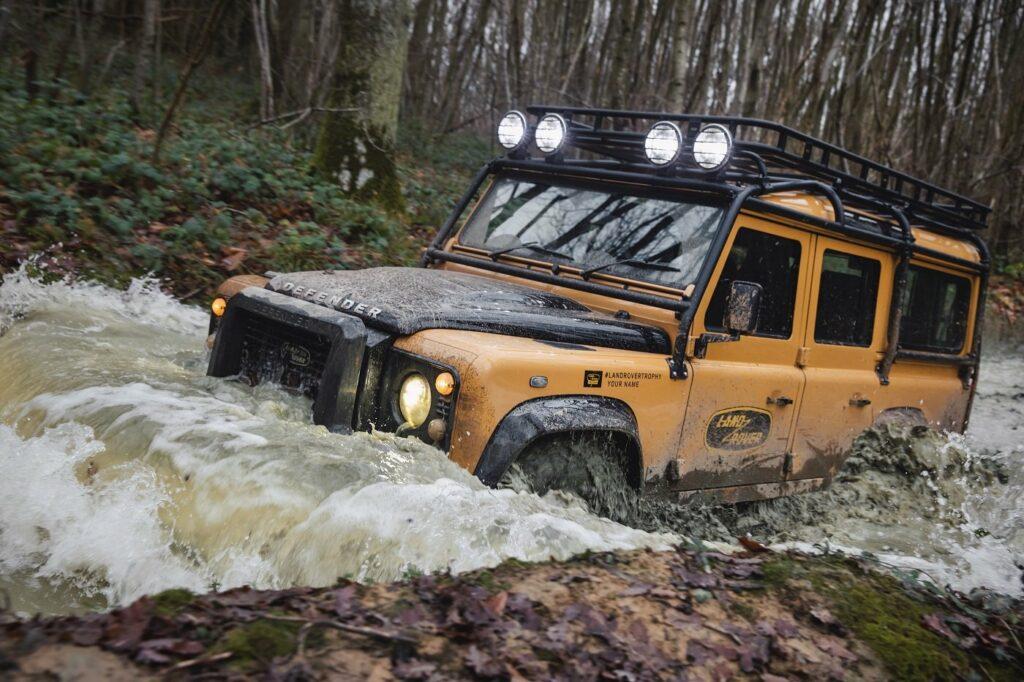 Der Land Rover Defender Works V8 Trophy fühlt sich auch im Wasser wohl