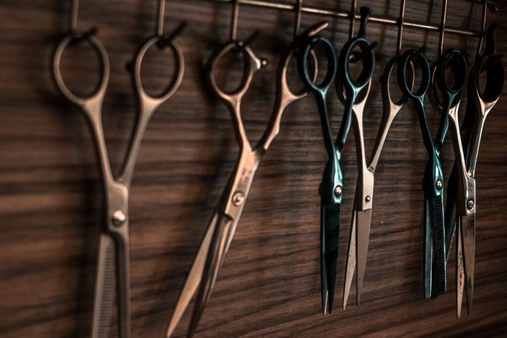 Man sollte nur mit einer Friseurschere die Haare selber schneiden