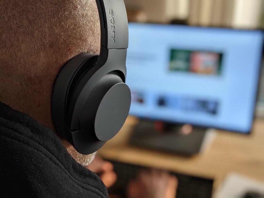 Konzentriert bei der Arbeit dank Kopfhörern aus dem eBay B-Ware Center