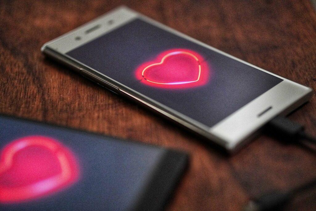 Beim Dating über 50 spielen Apps und digitale Netzwerke eine wichtige Rolle