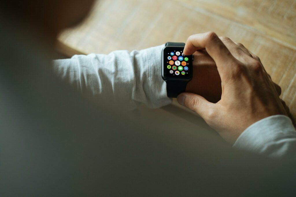 Mit einer Smartwatch oder Apps können das Schnarchen und der Schlaf getrackt werden