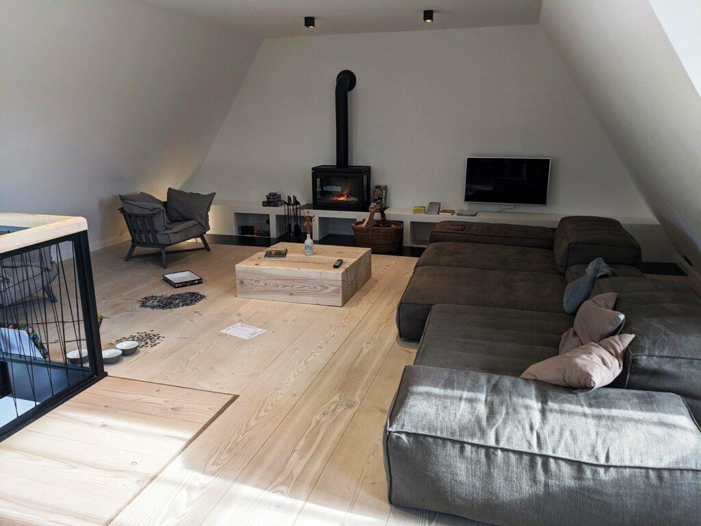 Wohnzimmer im Ferienhaus mit Kamin