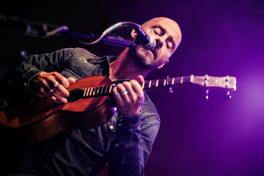 Jon Flemming Olsen berührt mit gefühlvollen Songs
