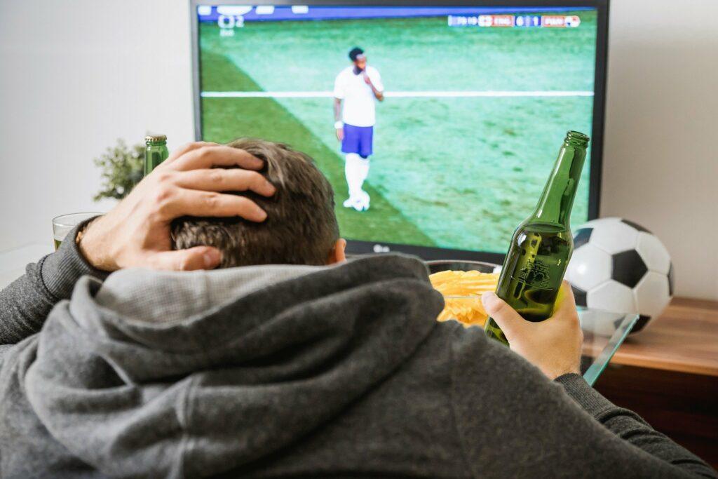 Snacks und Bier bei Fussball schlagen schnell auf das Gewicht