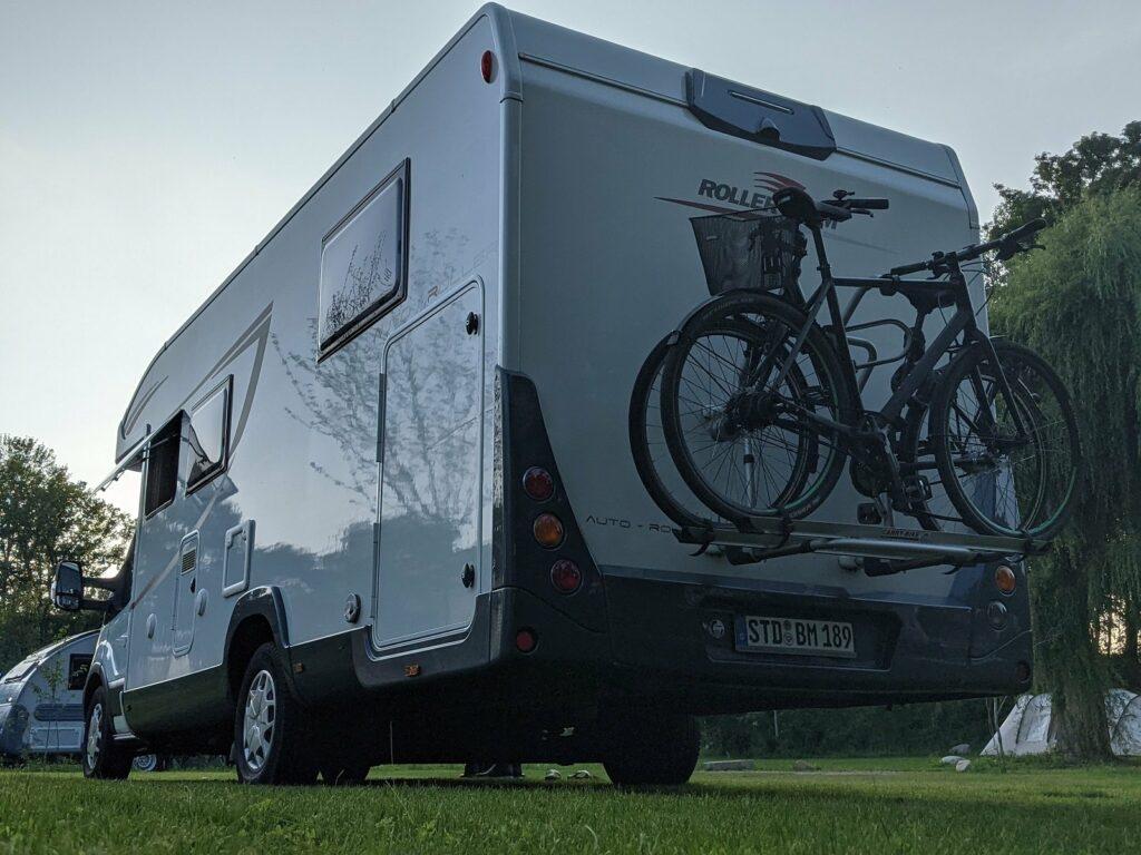 camper mit fahrraedern