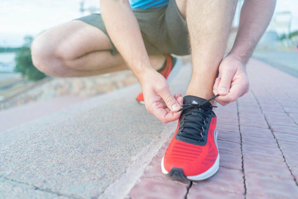 Laufen im Alter ist ganz einfach. Sportschuhe an und los...