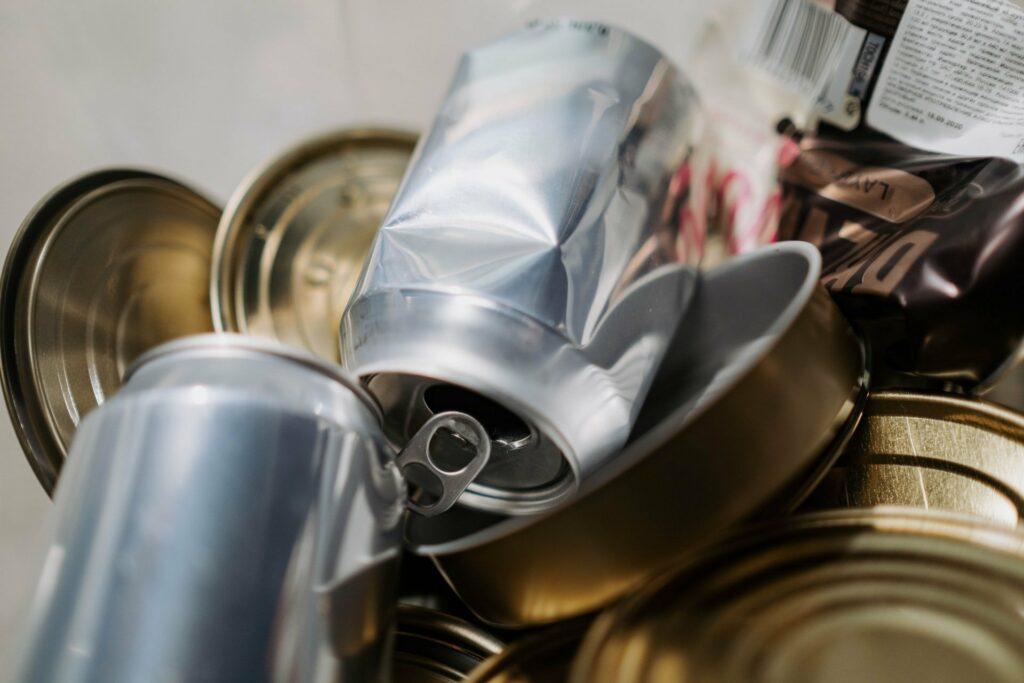Dosen gehören bei der Mülltrennung in den Gelben Sack