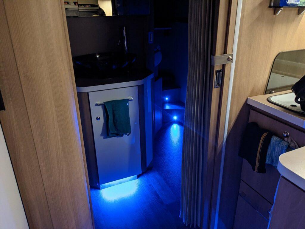 Ein besonderes Lichtkonzept lässt das Wohnmobil erstrahlen